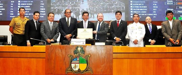 O homenageado ao lado dos parlamentares e autoridades presentes