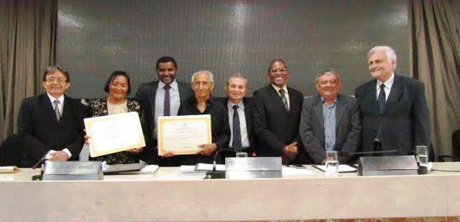Os homenageados com o autor da homenagem e os colegas vereadores
