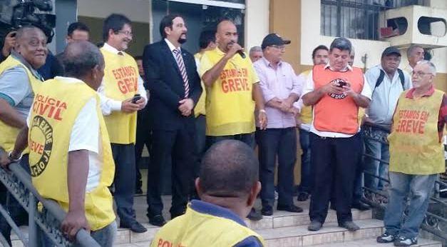 Júnior Verde com os colegas policiais