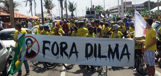 Manifestantes em protestos contra Dilma em São Luís