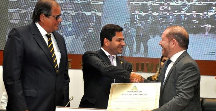 Moreira recebe o título de Othelino, sob olhar de Humberto Coutinho