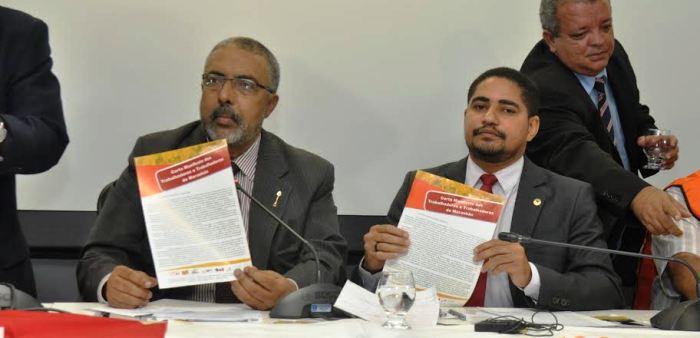 Paulo Paim com Zé Inácio e o documento aprovado em audiência