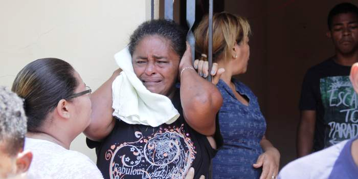 Familiares em dor pela morte do jovem assassinado; nenhuma desculpa do governo