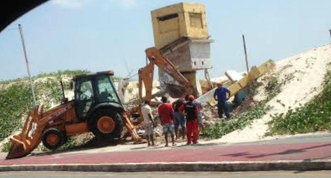 Um trator começou a demolir o posto de salva vidas na manhã deste sábado