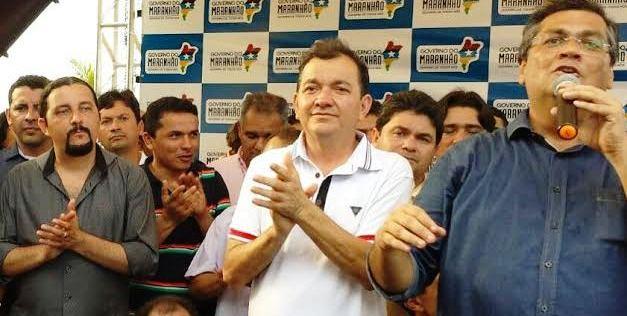 Verde observa Dino discursando ao lado do prefeito Miltinho Aragão