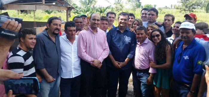 O deputado com a comitiva do governo em Itans, onde também anunciou ações