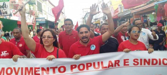 Zé Inácio entre as lideranças, na rua contra o golpe