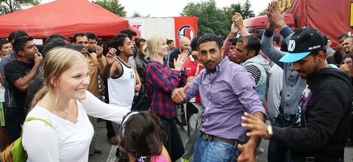 Refugiados turco e sírios comemoram chegada à Alemanha e a recepção dada a eles...