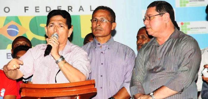 Prefeito Amaury Almeida ao lado de Diretor de desenvolvimento institucional do ifma Agenor Filho e o reitor do IFMA, Roberto Brandao