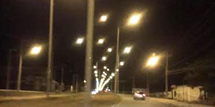A avenida agora encontra-se totalmente iluminada, dando mais segurança