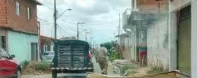 A carrocinha no São Raimundo: este home de estranha arda cáqui é quem recolhe os animais
