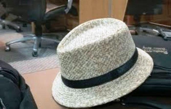 O chapéu do deptuado adormece em sua bancada na Assembleia (imagem: Domingos Costa)
