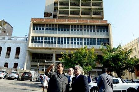 Dino com o filho de João Goulart, em frente ao prédio que homenageará o ex-presidente