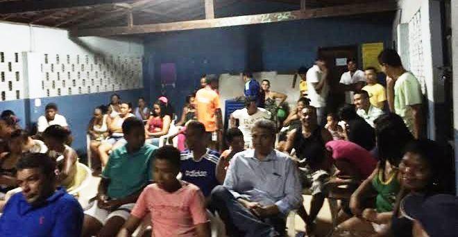População aguardando para a reunião: quatro horas de espera; e nada