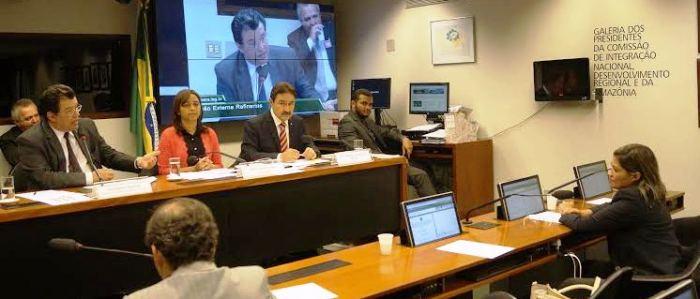 Rosângela ouve as explicações do ministro Eduardo Braga, em sessão comandada pela deputada Eliziane Gama