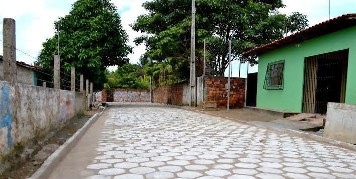 A ruas são calçadas e totalmente limpas