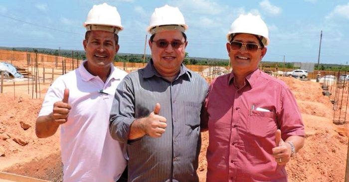 O prefeito com os diretores do instituto