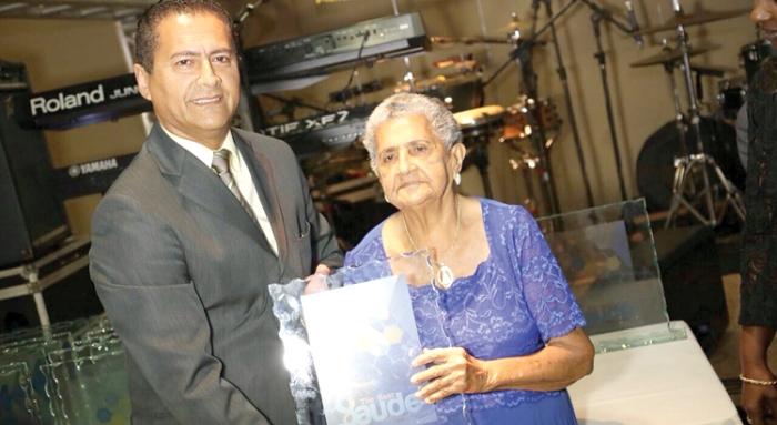 Carlos os Anjos durante o recebimento do prêmio, ao lado da mãe, Aldeíde Figueiredo