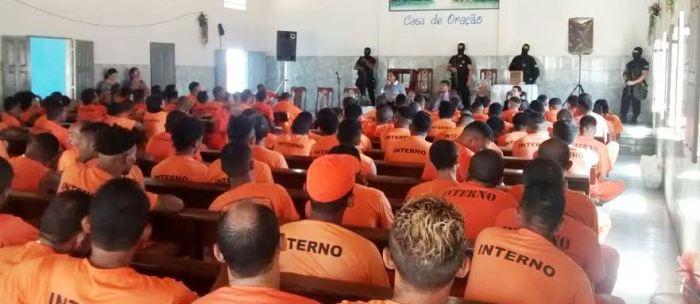 A juiza tentando convencer os condenados: será que eles atendem?