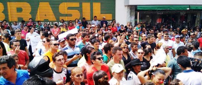 Milhares de pessoas se reuniram em frente à Câmara; comércio fechou e a sessão foi suspensa