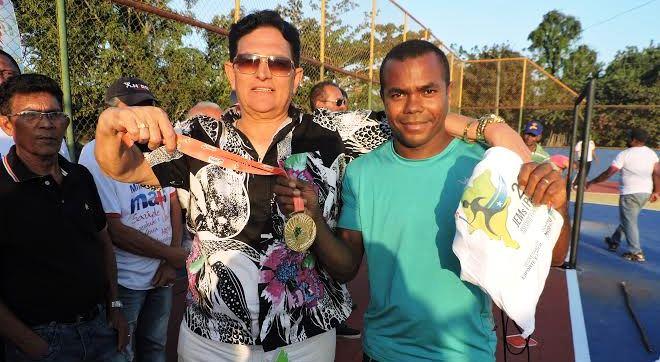 Prefeito Amaury entrega medalha ao tecnico do time de futsal feminino do Povoado Santiago, campeã da etapa noroeste do Jem's em Pinheiro