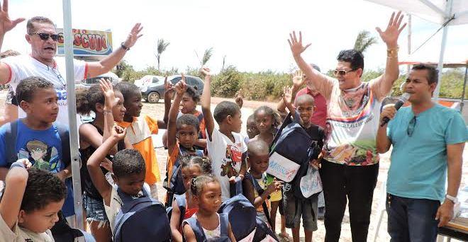 Prefeito entrega kits escolares aos alunos do povoado Mondego