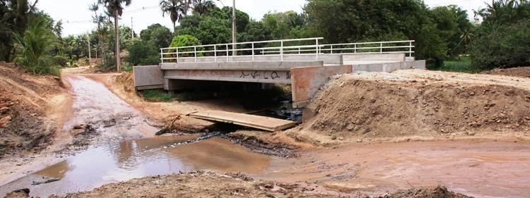 Após gastos de mais alguns milhões, a ponte do rio Gangan continua sem poder ser usada