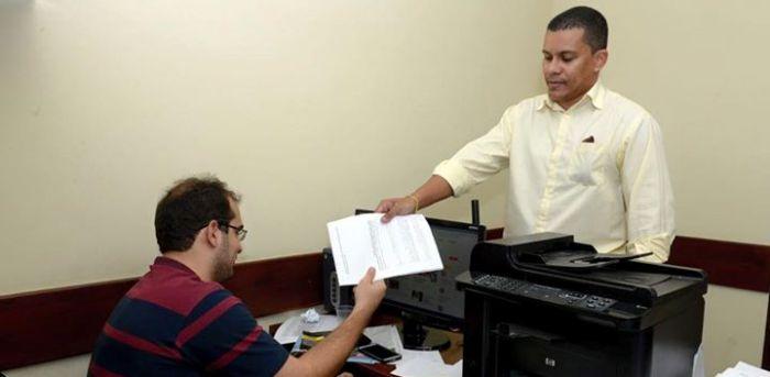 Membro da chapa entrega documento com pedido de anulação da eleição