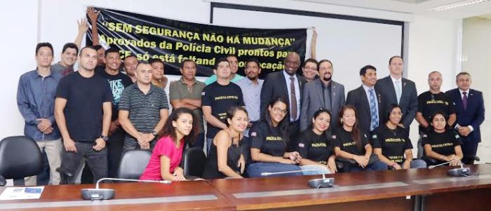 Júnior Verde com os colegas deputados e os policiais civis