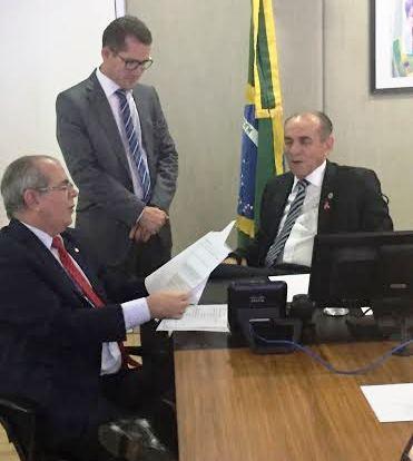 Ao lado do representante do governo maranhense, Hildo entrega reivindicações ao ministro