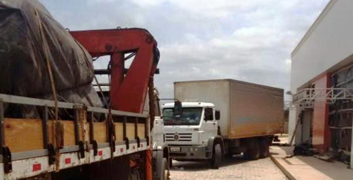 ...E os caminhões que carregaram o equipamento de Santa Inês