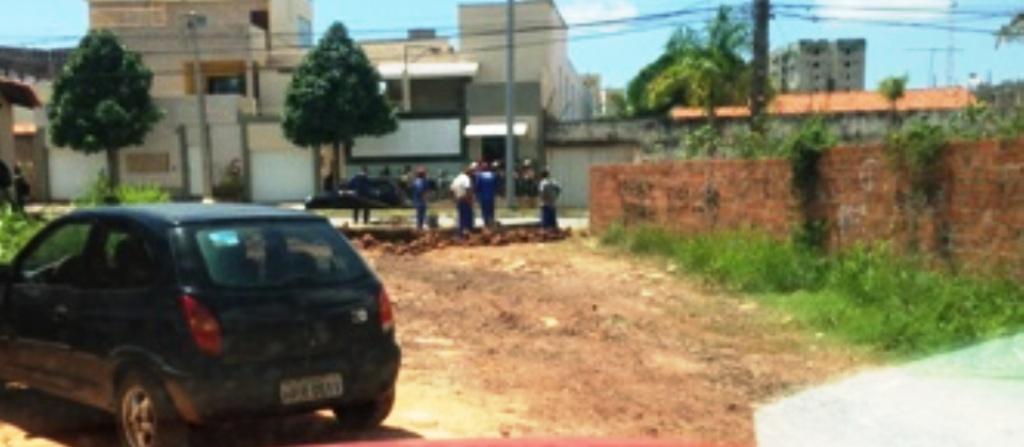 A rua Coroatá, no Barramar, é a única sem asfalto; e não tem quem faça a prefeitura realizar a obra
