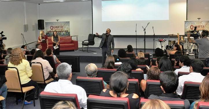 Júnior Verde recitando poesia no projeto da Assembleia