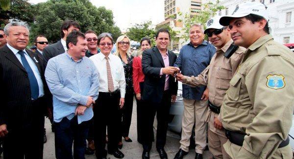 Edivaldo, Canindé, vereadores e os agentes de trânsito na entrega das chaves