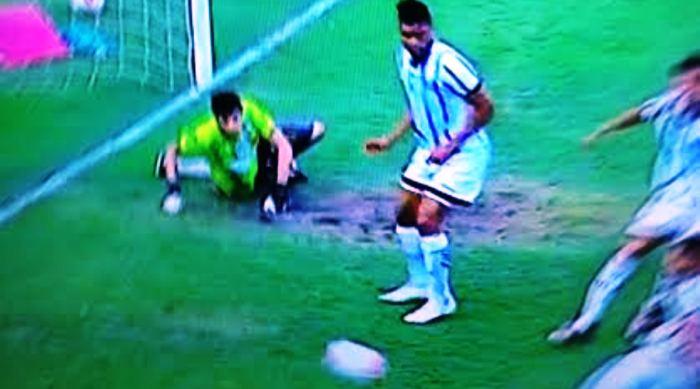 Rodrigo Viana batido, diante de três atacantes, sozinhos, no terceiro gol no terceiro gol do Bragantino
