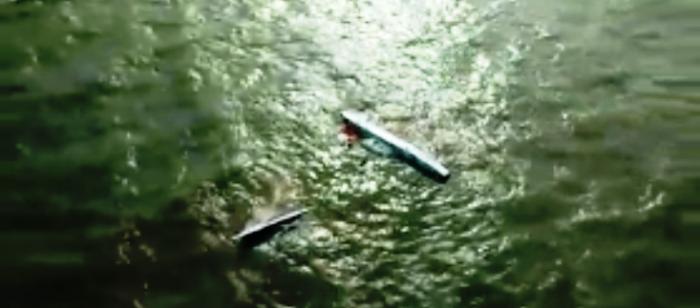 O catamarã praticamente afundado no mar. excesso de passageiros...