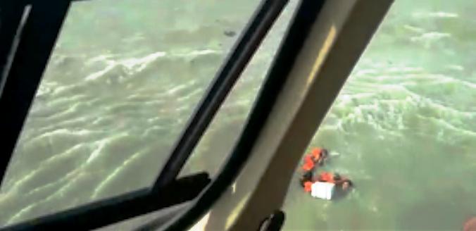 Dois dos náufragos aguardando resgate do GTA