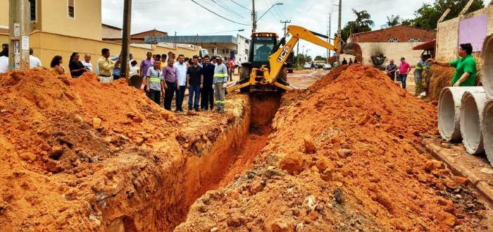representantes do govenro e das prefeituras de São Luís e de Ribamar com Gil Cutrim, no início da obra