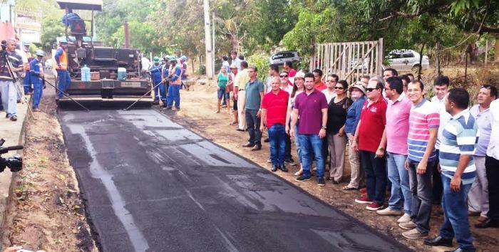 Gil Cutrim e lideranças de Ribamar acompanharam o asfaltamento no Riozinho.