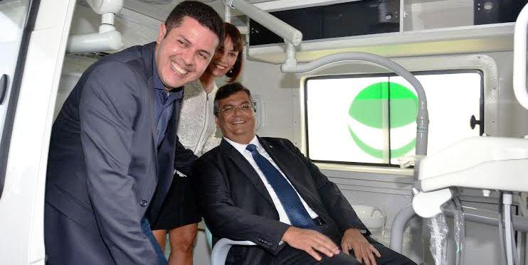 Os representantes do Ministério da Saúde, com Flávio Dino, em um os gainetes
