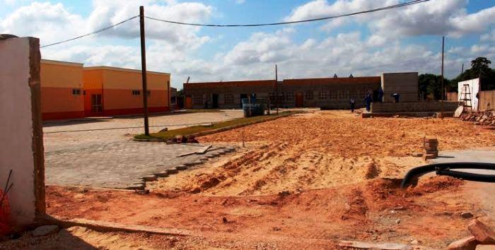 Áreas de pátio inteiras ainda estão precisando serem feitas