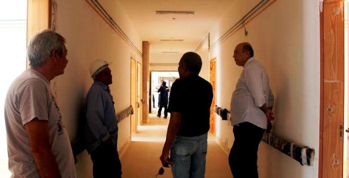 Médico, o prefeito Ribamar Alves viu que a parte interna ainda está em estágio primário