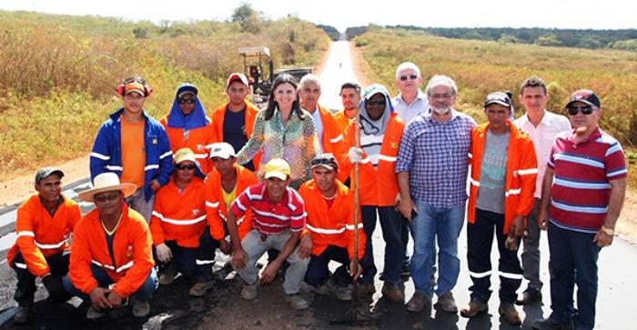 Roseana com operários, na estrada que ela fez e que Dino agora vai entregar