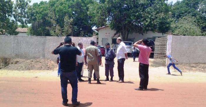 Riabamar Alves e represnetantres dos Bombeiros observam a área one será o Corpo de Bombeiros
