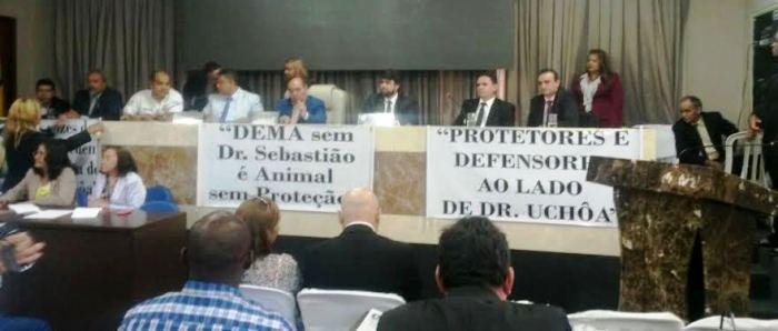 faixas de protetores mostravam os riscos de uma DEMA acéfala