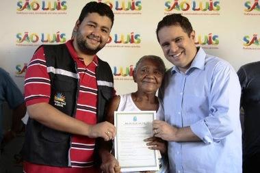Diogo Lima e Edivaldo Júnior com uma das contempladas do programa