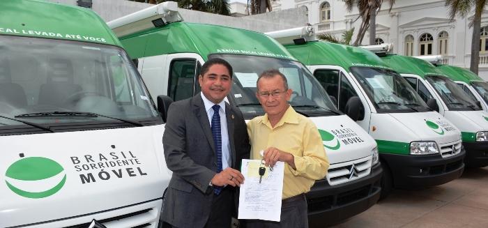 Zé Inácio com o prefeito, na entrega das chaves da unidade odontológica