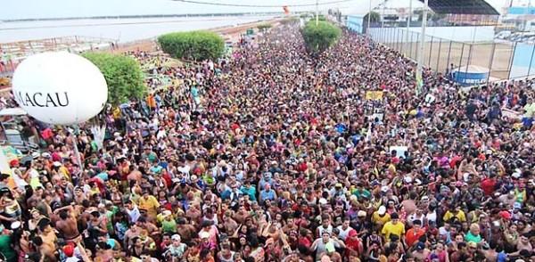 Um dos carnavais Brasil a fora, realizado durante o dia: multidõpes