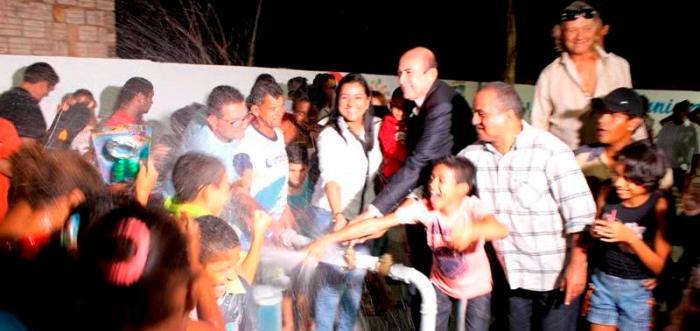 O prefeito Ribamar Alves aciona o poço, ao lado dos moradores