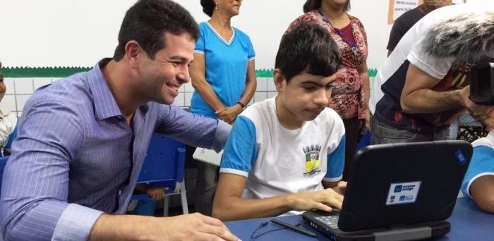 Prefeito acompanha aluno no laboratório da E.M Paulo Ramos.